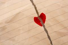 与心脏的被撕毁的纸 图库摄影
