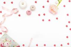 与心脏的贺卡和在白色背景的一朵花 Co 库存照片