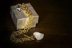 与心脏的金项链 免版税库存照片