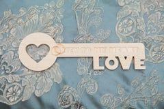 与心脏的钥匙作为爱的标志 与匙孔的心脏 我的重点概念关键字 库存图片