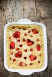 与心脏装饰的可口草莓饼在情人节 库存图片