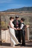 与快乐夫妇结婚的犹太教教士 图库摄影