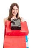 与快乐的可爱的女性的购物或消费者至上主义概念 免版税库存图片