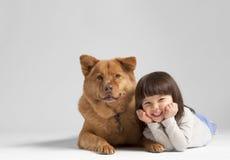 与快乐的孩子的狗 免版税库存照片