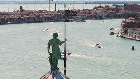与快艇的宽水区在大厦之间行,男性雕象在前边 股票录像
