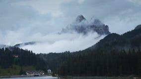与快行云彩的Timelapse在Tre Cime di Lavaredo,白云岩 股票录像
