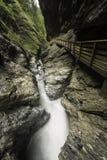 与快速流动的水和一条人为路的暗藏的峡谷 免版税图库摄影