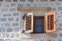 与快门特写镜头的木窗口在一个老房子里 免版税库存图片
