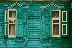 与快门的减速火箭的窗口在木绿色墙壁上 免版税库存照片