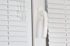 与快门的把柄白色塑料办公室窗口 免版税图库摄影