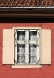 与快门的窗口在一个老木房子里 库存图片
