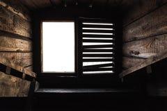 与快门的顶楼窗口在老木内部 库存图片