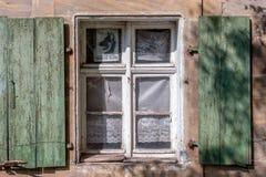 与快门-历史大厦的窗口 免版税库存图片