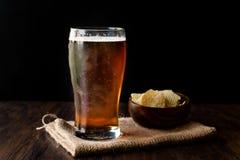 与快餐的凉快的刷新的琥珀色的啤酒 免版税库存图片