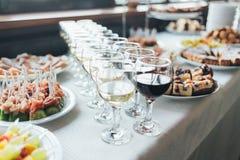 与快餐的美丽的宴会桌在桌上 免版税库存照片
