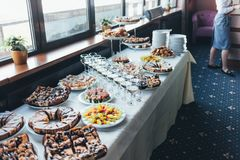 与快餐的美丽的宴会桌在桌上 图库摄影