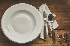 与念珠和拷贝空间的空的餐位餐具 库存照片