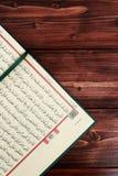 与念珠小珠的伊斯兰教的圣经古兰经在木桌背景 Kuran圣经os穆斯林 E 免版税库存图片