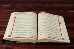 与念珠小珠的伊斯兰教的圣经古兰经在木桌背景 Kuran圣经os穆斯林 E 库存照片