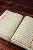 与念珠小珠的伊斯兰教的圣经古兰经在木桌背景 Kuran圣经os穆斯林 E 免版税库存照片