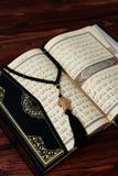 与念珠小珠的伊斯兰教的圣经古兰经在木桌背景 Kuran圣经os穆斯林 E 免版税图库摄影