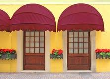 与怀乡红色大门罩,意大利的两个入口 免版税库存照片