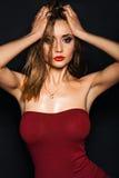 与性感的明亮的红色嘴唇构成、强的眼眉、干净的发光的皮肤和湿发型的热的少妇模型 库存照片