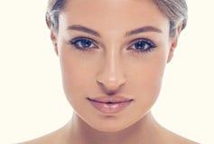 与性感的嘴唇的美丽的少妇画象面孔 免版税库存图片