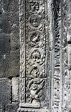 与恐龙的图的被雕刻的浅浮雕在寺庙 图库摄影