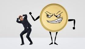与恼怒的面孔拍打的一枚巨型有人的特点的硬币在小商人 图库摄影
