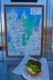与悉尼市地图的肉馅饼在Harrys Cafe de Wheels 免版税库存图片
