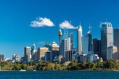 与悉尼港口和白色游艇的悉尼地平线 图库摄影