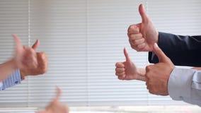 与您的手指的索引 身体的语言 姿态 非语言的信号 商人显示赞许的小组 股票视频