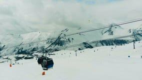 与悬索铁路的冬天风景在滑雪场 影视素材