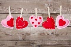 与情人节心脏装饰的晒衣绳 免版税库存图片