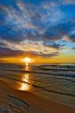 与惊人的云彩形成的神秘的日落在格但斯克海湾 库存图片