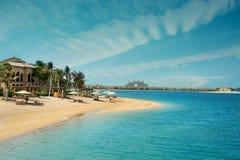 与惊人的天空的美丽的迪拜岸 库存图片