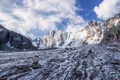 与惊人的岩石的美好的风景和雪加盖了山,吉尔吉斯斯坦, 免版税图库摄影