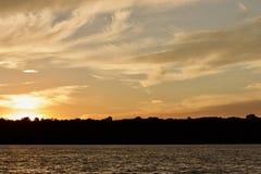与惊人的日落的被隔绝的图片在湖 图库摄影
