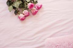 与惊人的桃红色玫瑰的花卉框架在桃红色床单在卧室 复制空间 婚礼、礼品券、华伦泰` s天或者mothe 图库摄影