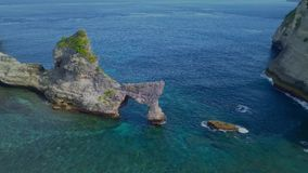 与惊人的美丽的天堂海滩和在亚洲热带海岛的岩石峭壁寄生虫的空中射击与绿松石海水颜色的 影视素材