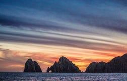 与惊人的美丽的天空的日落在海岸线加利福尼亚半岛上 墨西哥 库存图片