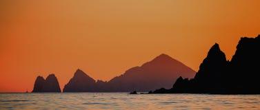 与惊人的美丽的天空的日落在海岸线加利福尼亚半岛上 墨西哥 库存照片