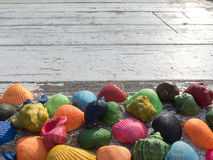 与惊人的贝壳的老木桌 免版税库存照片