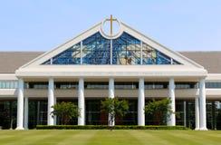 与惊人的玻璃窗的教堂 免版税图库摄影