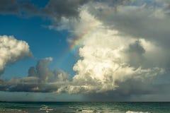 与惊人的cloudscape的海洋彩虹 图库摄影