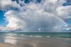 与惊人的cloudscape的海洋彩虹 库存图片