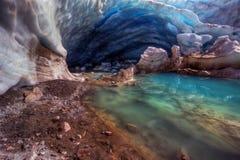 与惊人的meltpool的蓝色冰河洞 免版税库存照片