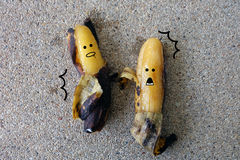 与惊吓的香蕉-在具体背景的腐烂的香蕉面孔 免版税库存图片