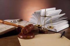 与惊堂木的正义概念在黑暗的背景 免版税库存照片